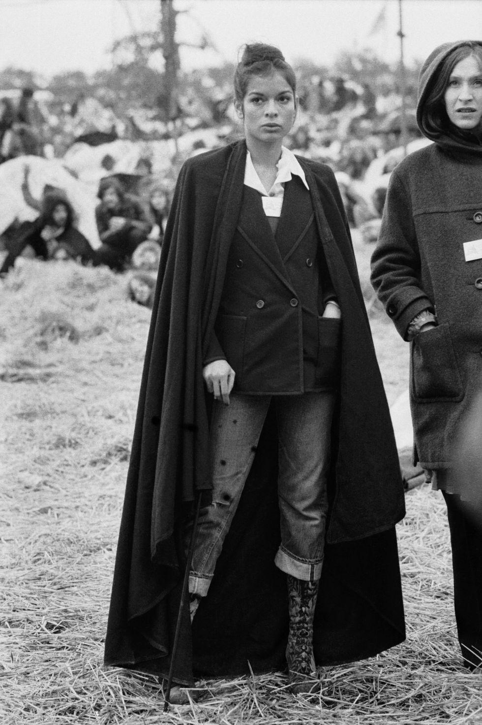 Quần jean xắn lai, áo khoác peacoat,ngoài cùng là chiếc áo choàng không tay cộng với đôi bốt cao cổ, Bianca Jagger đã có một phong cánh rất riêng ở Bardney Pop Festival vào tháng 5/1972.