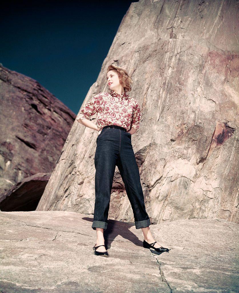 Một năm trước khi trở thành công nương xứ Monaco vào năm 1956, Grace Kelly tạo dáng trong một buổi chụp ảnh với với bộ trang phục kết hợp giữa sơ mi in họa tiết paisley, quần jean xắn lai và giày búp bê.