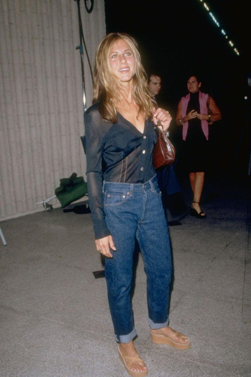 Jennifer Aniston vẫn giữ nguyên nét thanh lịch vốn có khi xuất hiện trong một sự kiện. Cô mặc trang phục đơn giản với áo sơ mi cài trễ ngực bỏ trong quần jean dài màu sẫm.