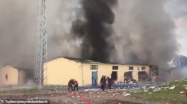 Số pháo hoa tiếp tục phát nổ gây khó khăn cho lực lượng cứu hộ, chữa cháy.
