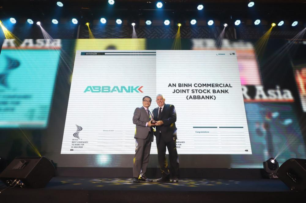 Đại diện ABBANK nhận giải thưởng tại chương trình