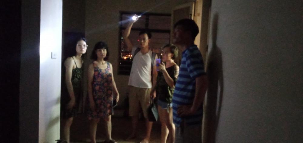 Cư dân hốt hoảng ra khỏi nhà trong đêm.