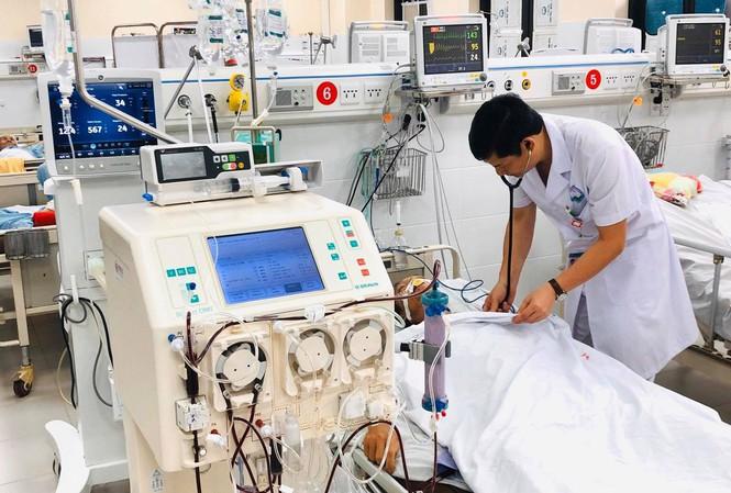 TS - BS Hoàng Công Tình kiểm tra, theo dõi sức khoẻ của bệnh nhân 53 tuổi mắc căn bệnh Whitmore