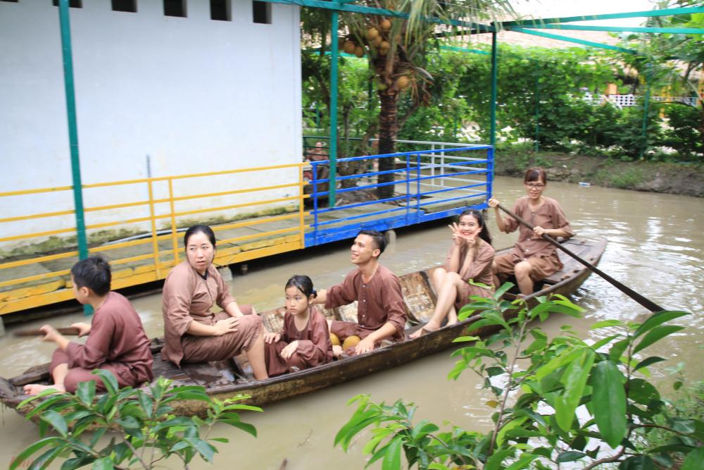 Khách tham qua trải nghiệm du lịch tại một khu du lịch sinh thái tại TP Cần Thơ. Ảnh: Quốc Thái