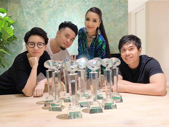 Bích Phương (áo xanh) và một số thành viên trong ê-kíp tạo nên nhiều thành công của cô trong thời gian qua