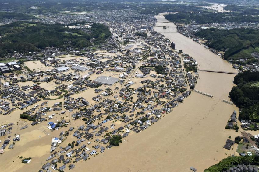 Hình ảnh cho thấy những ngôi nhà bị ngập lụt ở Hitoyoshi, tỉnh Kumamoto, sau khi sông Kuma tràn bờ sau cơn mưa xối xả vào thứ bảy 4/7. (Ảnh: Kyodo)