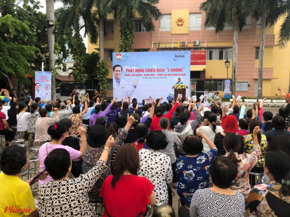 Đại biểu hưởng ứng các nội dung tại Lễ phát động tổng vệ sinh môi trường