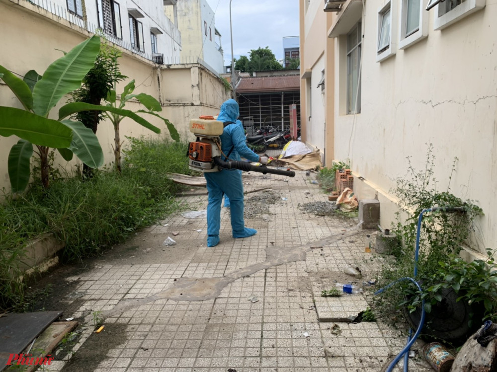 Lực lượng chức năng phun xịt thuốc dịt lăng quăng tại địa bàn dân cư