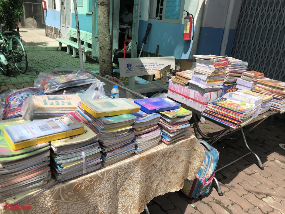 Sau hơn 1 giờ, tập trắng, ba lô cùng nhiều sách, dụng cụ học tập, đồ chơi trẻ em cũ được các em quyên góp tặng cho chương trình.