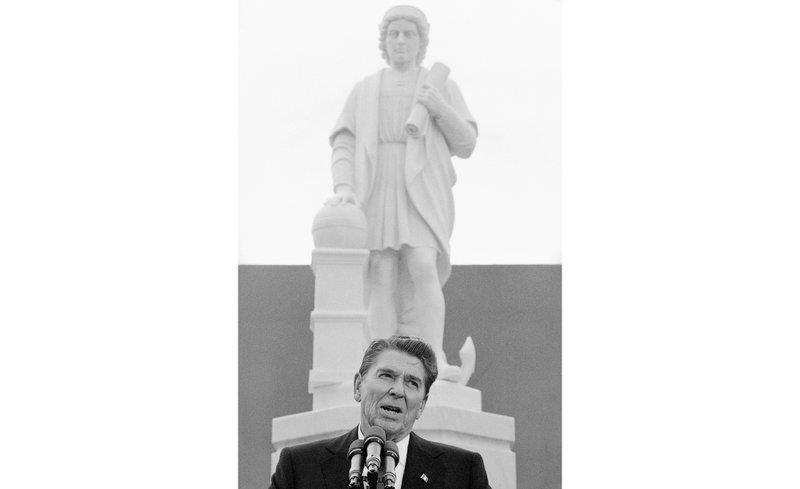 Ngày 9/10/1984, Tổng thống Ronald Reagan phát biểu tại lễ khánh thành tượng Christopher Columbus tại Baltimore. 36 năm sau, bức tượng bị những người biểu tình kéo đổ và ném xuống Vịnh Inner của thành phố - Ảnh: AP