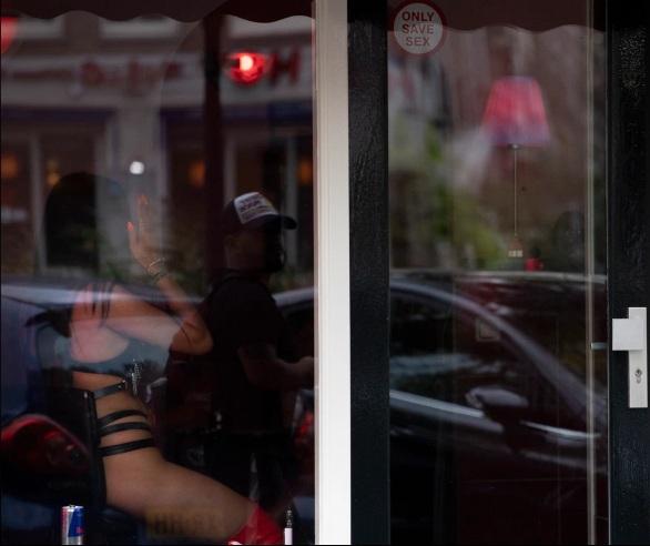 Amsterdam có khoảng 7.000 gái mại dâm đăng ký với chính quyền.