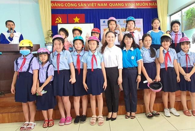 Bna tổ chức chương trình trao tặng 400 nón bảo hiểm cho thanh thiếu nhi và hội vien phụ nữ