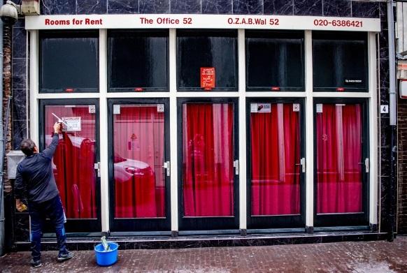 Khách hàng bị cấm hôn người bán dâm vì nguy cơ lây nhiễm dịch bệnh.