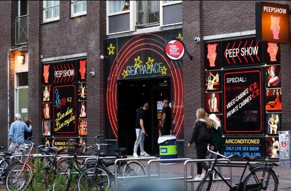 Khách hàng quay trở lại Khu đèn đỏ của Amsterdam.