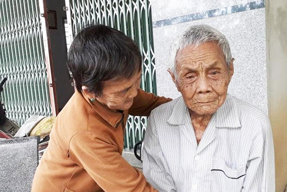 Bà Sáu Đông chăm sóc ông chú chồng 103 tuổi