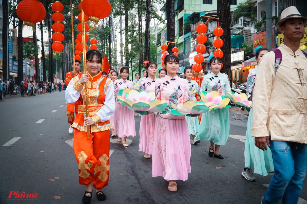 Các trang phục truyền thống của người Hoa được trình diễn tại buỗi diễu hành
