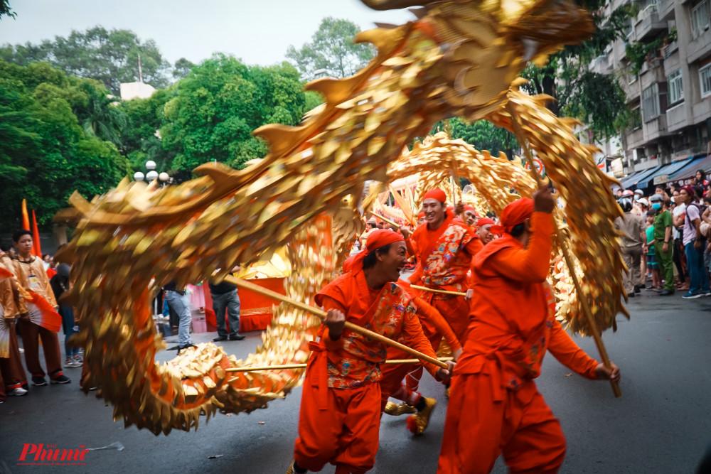 Phần diễu hành nghệ thuật đường phố Quận 5 là phần được trông chờ nhiều nhất với sự tham gia của cả người Việt lẫn người Hoa