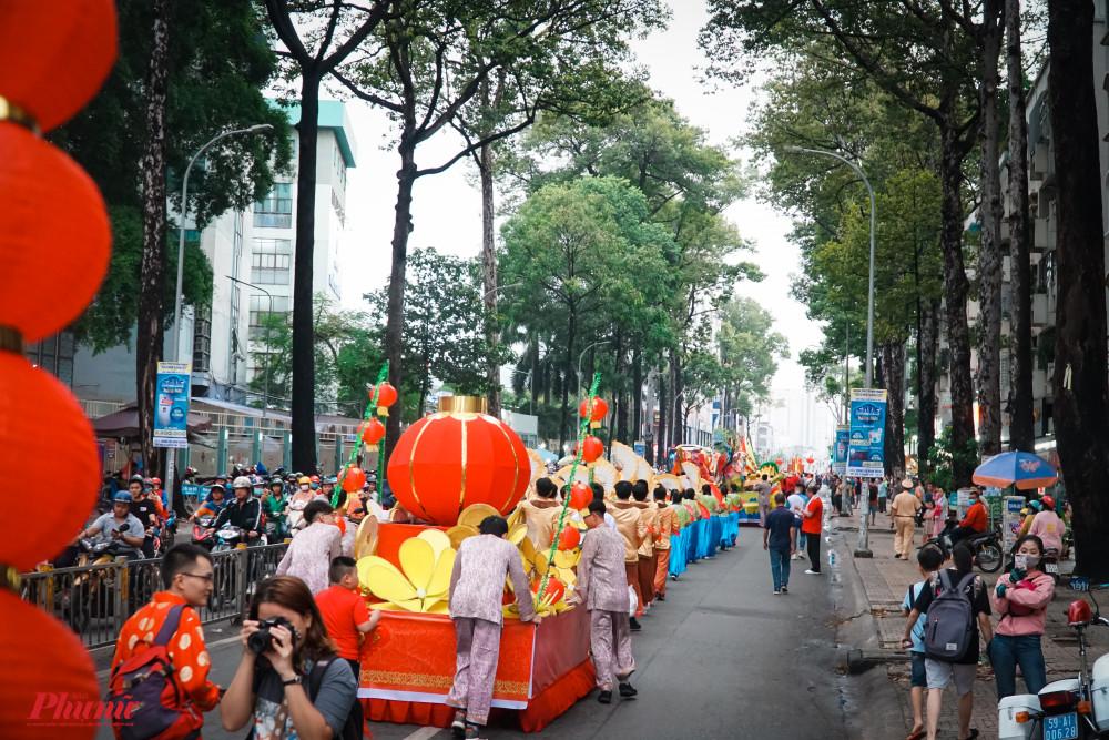 Đoàn diễu hành trên đường Nguyễn Tri Phương