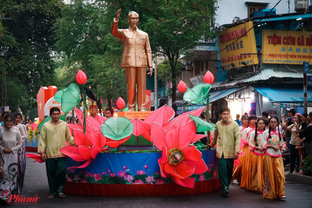 Tượng Bác Hồ được đoàn diễu hành trân trọng di chuyển trên phố