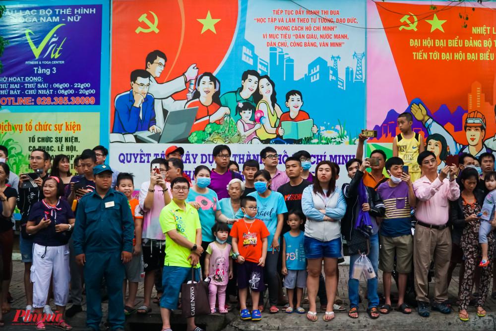 Rất đông người dân đứng ven đường chào đón đoàn diễu hành