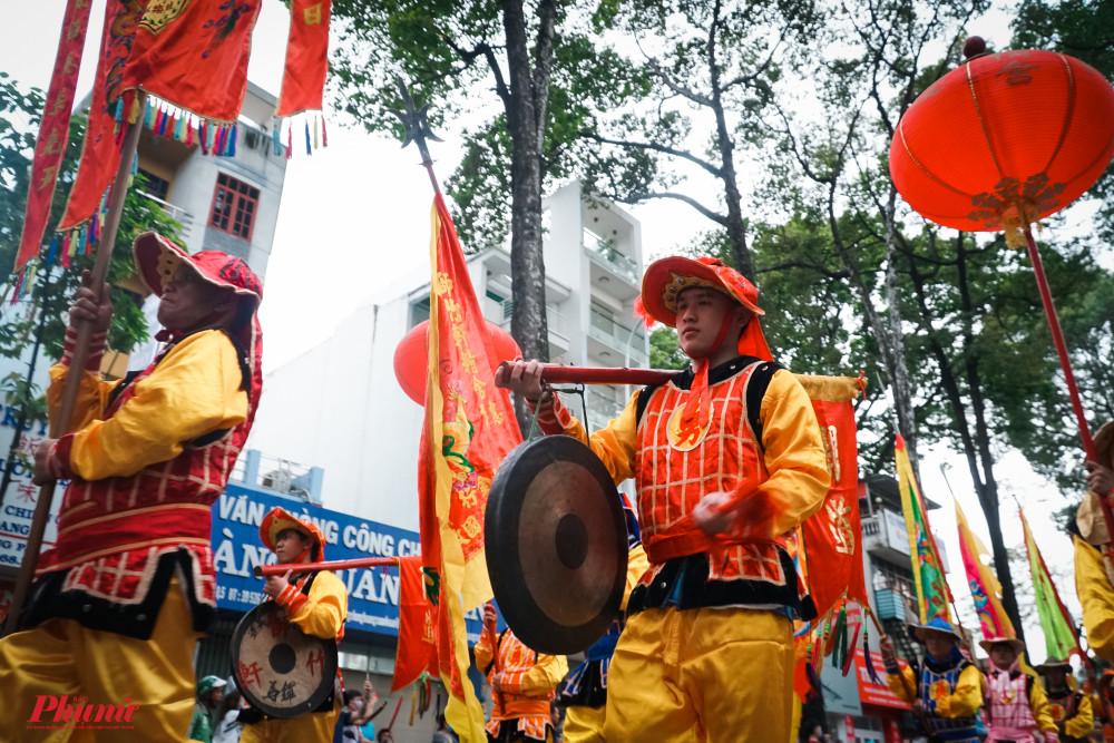 Nhiều loại nhạc cụ dân tộc được thể hiện trên đường