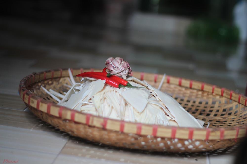 Dưới bàn tay của má, những miếng măng trắng được biến hóa thành nhiều món ăn khác nhau.