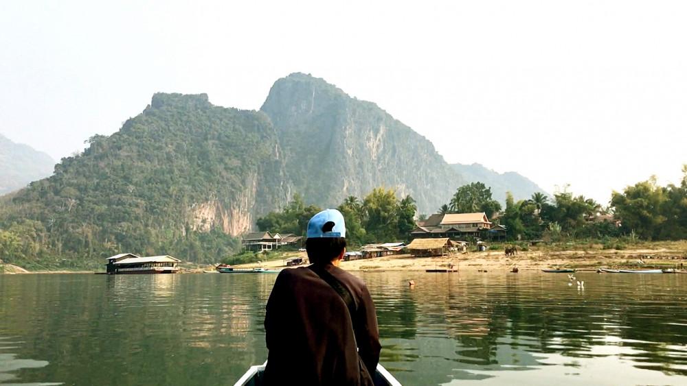 Người dân địa phương chèo thuyền trên đoạn sông Mê Kông, nơi sẽ xây dựng đập thủy điện Luang Prabang