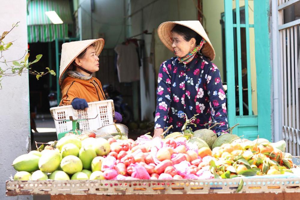 Bà Chính (phải) và chị Phạm Thị Hải, hai người bạn chợ đồng cam cộng khổ cùng nhau
