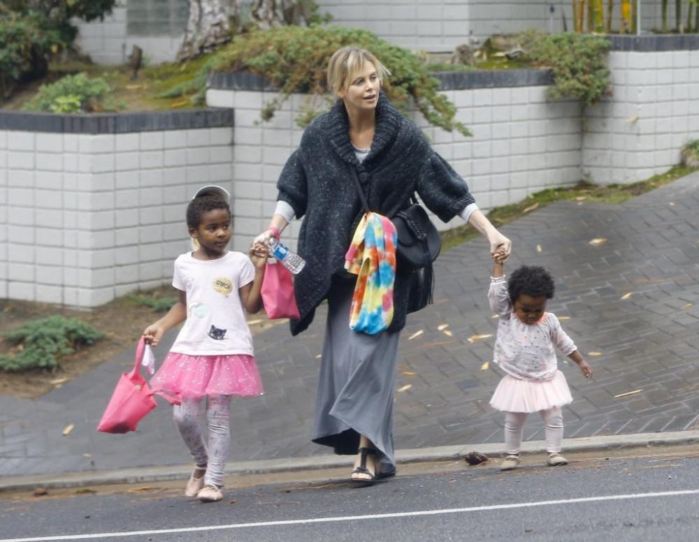 Charlize Throne dành nhiều tình cảm cho 2 con nuôi.