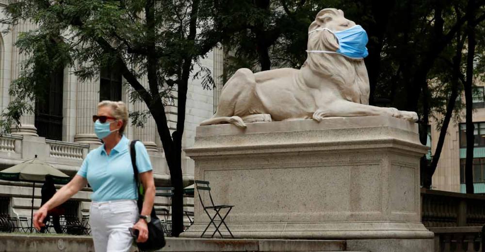 Bức tượng sư tử tại thành phố New York nghiêm chỉnh chấp hành khuyến nghị đeo khẩu trang ở nơi công cộng.