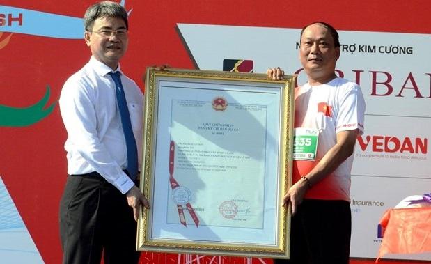 Chứng nhận chỉ dẫn địa lý tỏi Lý Sơn cho chính quyền và nhân dân huyện Lý Sơn. (Ảnh: Lê Ngọc Phuớc/TTXVN)