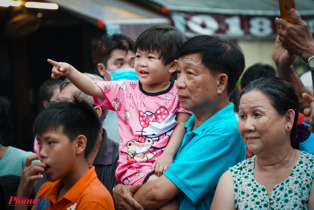 Rất đông người dân cùng tham gia lễ hội