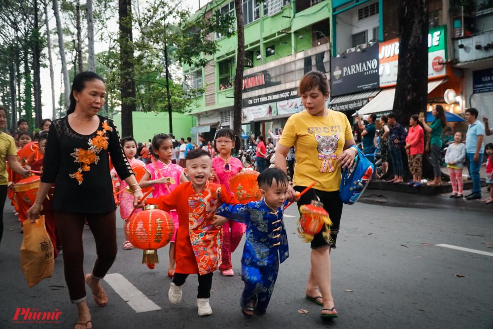 Các em nhỏ cũng được cha mẹ diện đồ mới cùng tham gia lễ hội