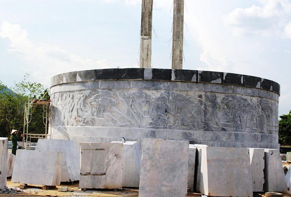 Công trình tượng đài 48 tỷ đồng đang xây thì phải dừng lại điều chỉnh vì một số chi tiết khắc trên tượng đài chưa phải của người Ba Na