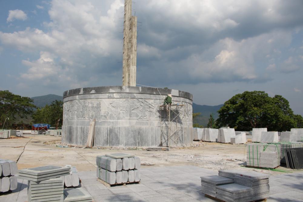 Người Ba Na chúng tôi cầm giáo, mác khi tham gia cuộc khởi nghĩa nhưng trên tượng đài lại cầm... búa.
