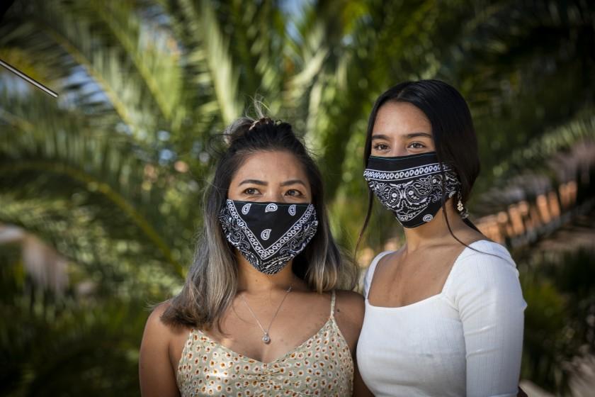 Donalene Ferrer (trái), một phụ nữ gốc Philippines, và con gái của cô, Charlie, 17 tuổi - Los Angeles Times
