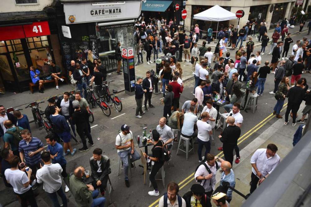 Người dân Anh tụ tập tại các quán rượu.