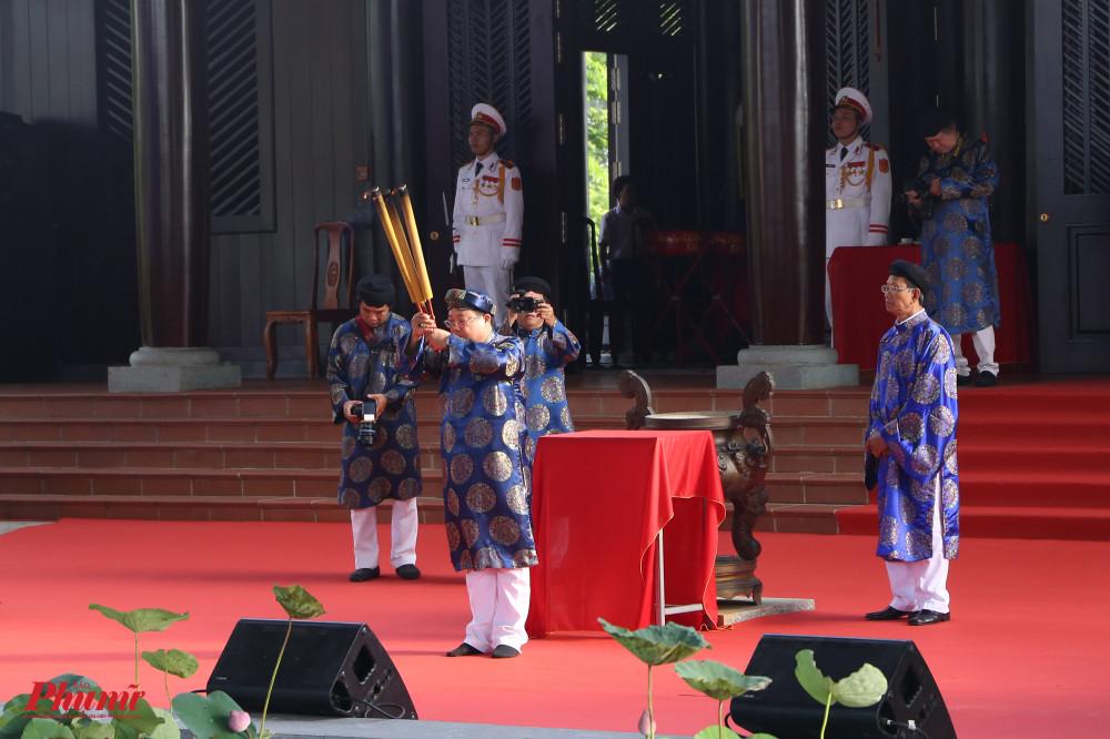 Lễ giỗ được tổ chức tại Đền thờ Đức Lễ Thành hầu Nguyễn Hữu Cảnh nằm trong khuôn viên Công viên Lịch sử Văn hoá Dân tộc (Q.9, TPHCM). Đầu buổi sáng, ban tế lễ thực hiện nghi thức dâng hương trước khi các hoạt động chính bắt đầu.