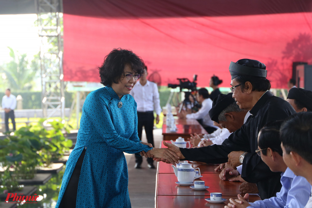 Bà Tô Thị Bích Châu bắt tay các đại biểu