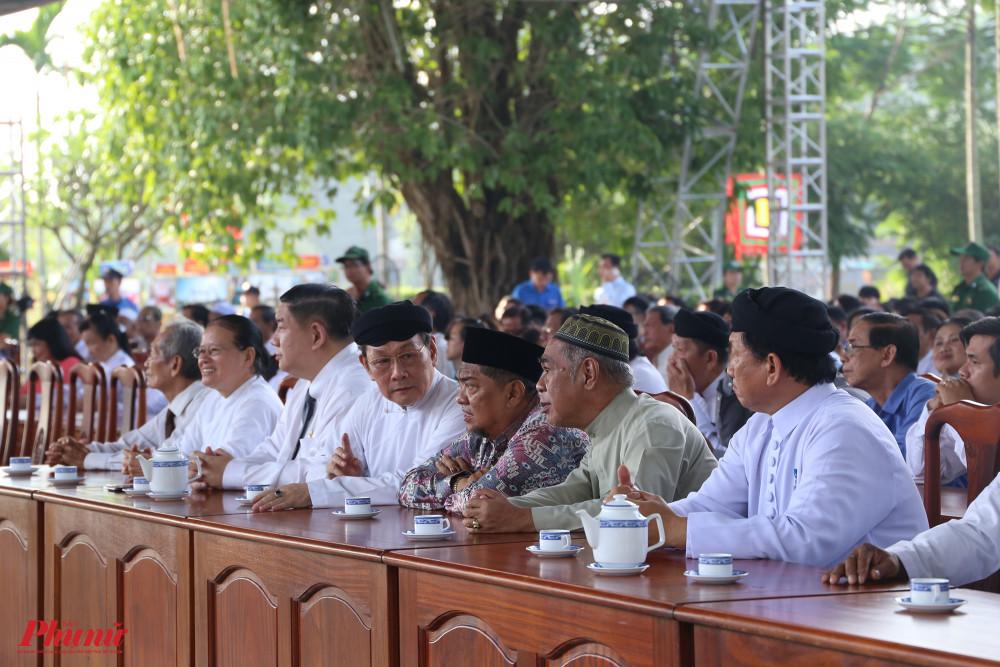 Các đại biểu bao gồm: học sinh, sinh viên, chức sắc tôn giáo, đoàn thể... có mặt từ sớm để