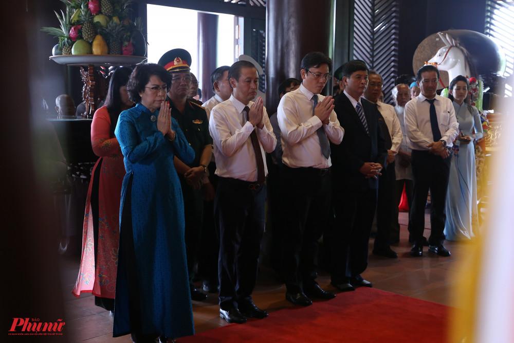 Các đại biểu trong đoàn lãnh đạo TPHCM dâng hương