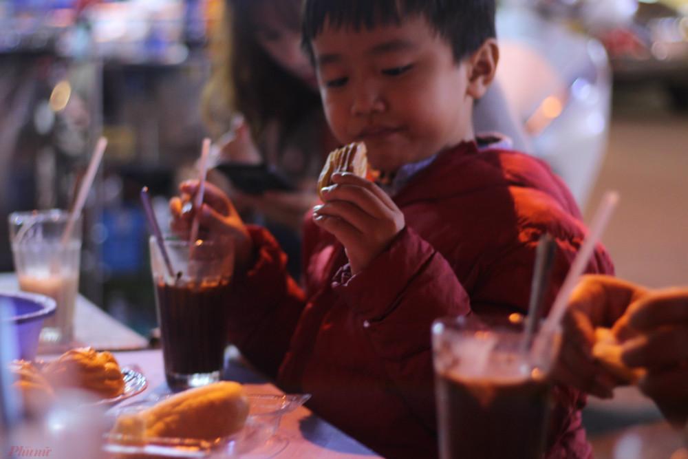 Dù đã no bụng với các món ăn vặt ở chợ đêm, một vài người trong nhóm vẫn gọi li ca cao nóng, ổ bánh mì giòn thơm để thưởng thức trọn vẹn không khí về đêm của Đà Lạt.