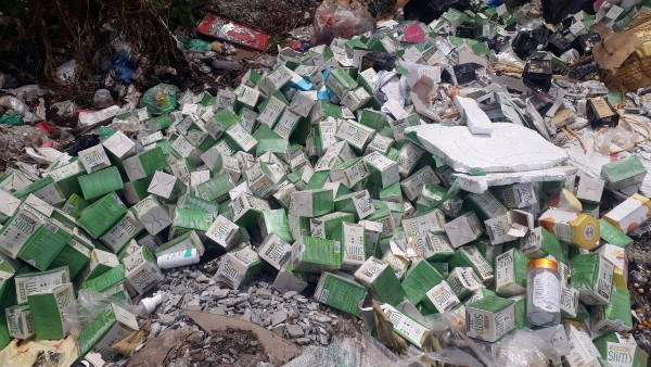 Hàng trăm hộp thực phẩm chức năng được vứt trộm ra khu vực đường gom.