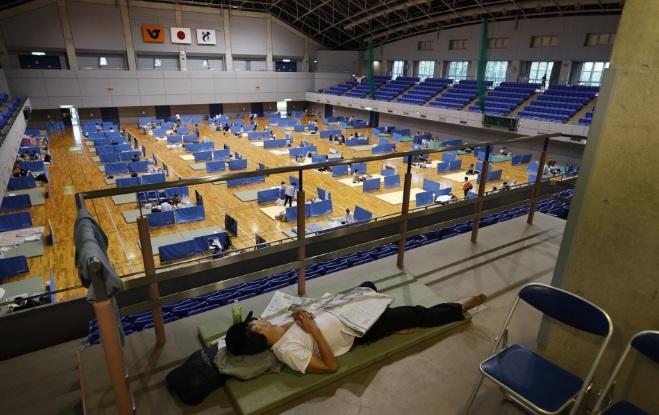 Người dân nghỉ ngơi tại nơi trú ẩn tạm thời ở Hitoyoshi, tỉnh Kumamoto, phía tây nam Nhật Bản, vào ngày 6/7.
