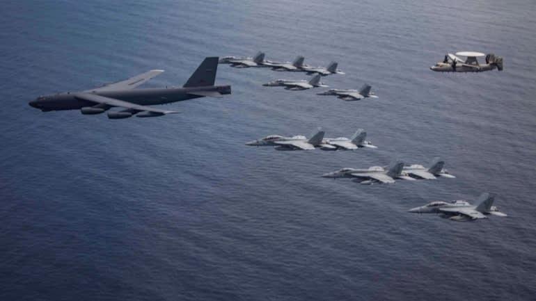 Máy bay của lực lượng tấn công tàu sân bay Nimitz và máy bay ném bom B-52 từ căn cứ không quân Barksdale ở Louisiana tiến hành các hoạt động chung trên Biển Đông..
