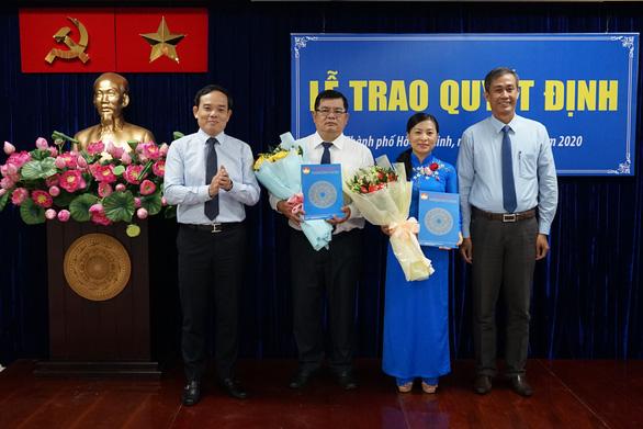 Phó Bí thư Thường trực Thành ủy TPHCM Trần Lưu Quang và Trưởng Ban Công tác phía Nam Cơ quan Ủy ban Trung ương MTTQ Việt Nam Võ Văn Thiện trao quyết định và hoa chúc mừng các đồng chí.