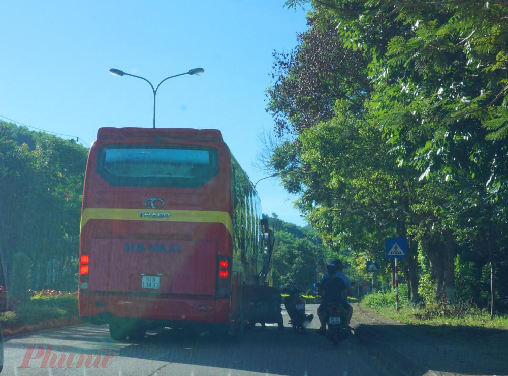 Vô tư bắt đón khách giữa đường Hồ Chí Minh đoạn đi qua thị trấn A Lưới