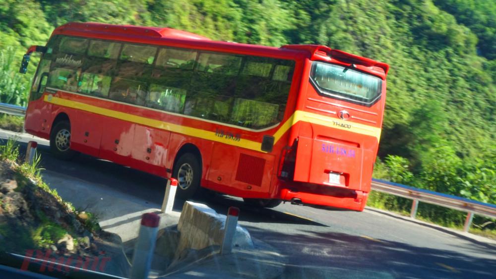 QL49 đoạn từ  TP.Huế lên huyện miền núi A Lưới là tuyến đường cấp V miền núi cao rất hẹp vì thế xe giường năm Minh Phương chạy cố định tuyến này là vô cùng nguy hiểm