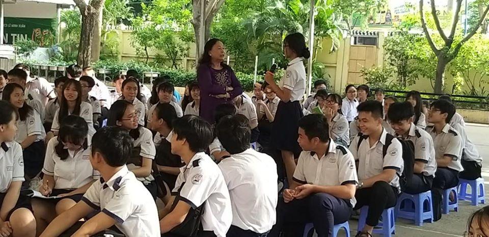 Các em học sinh hào hứng tham gia đối thoại cùng Tiến sĩ Lê Thị Hoàng Liễu