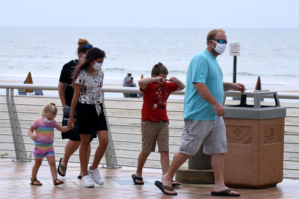 """Các chuyên gia y tế dự báo, sau COVID-19, người Mỹ sẽ còn phải đeo mặt nạ thêm """"vài năm nữa"""" - Ảnh: Shutterstock"""